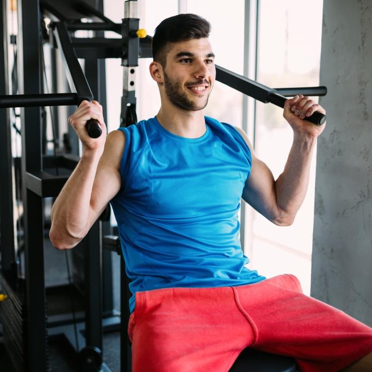 Training für die Schultern und den Rücken - diese Übung können auch Fitness-Einsteiger