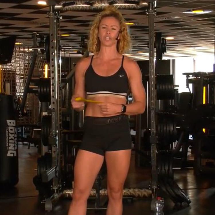 Für das Workout von Fitness-Queen Alex Hipwell brauchst du nur Mini-Bänder