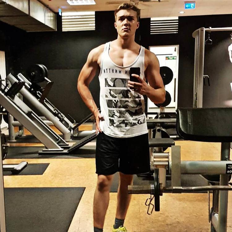 McFIT-Fitnessstudio-Gym-Mirror-Selfie-Jamy