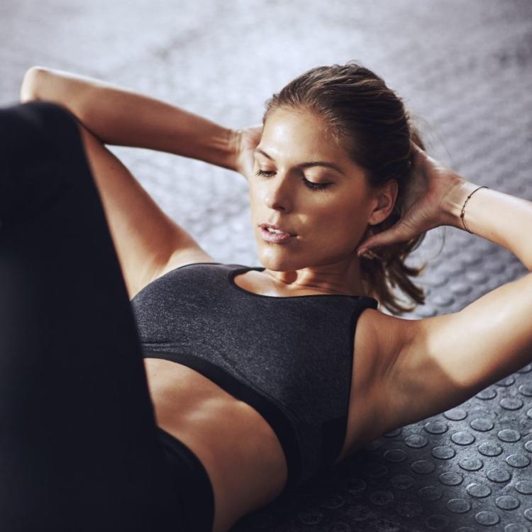 Crunches stärken deinen Bauch, aber machen sie ihn auch flacher?