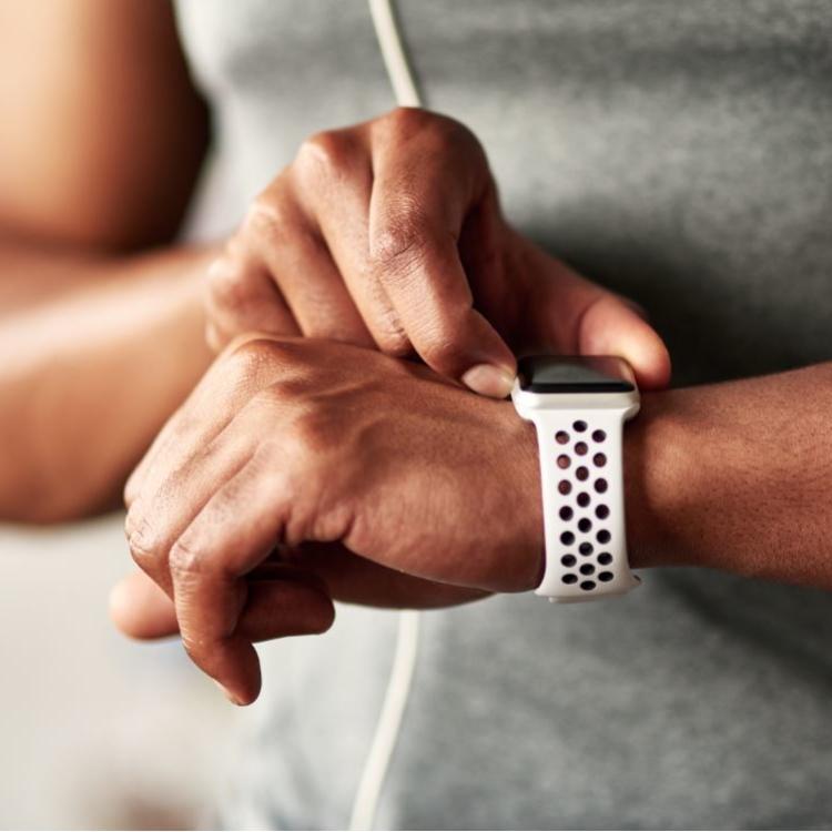 Wie viele Schritte hast du heute schon gemacht? Ein Fitness-Tracker kann dir helfen, nicht unter Bewegungsmangel zu leiden