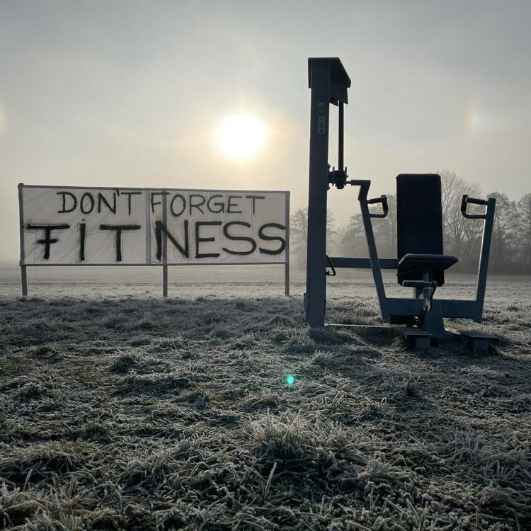 Auf einem Feld im brandenburgischen Ahrensfelde organisierte McFIT Ende Februar eine Protestaktion, um auf die schwere Situation aufmerksam zu machen, in der sich die Fitnessindustrie befindet