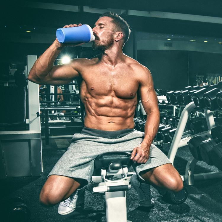 Ein Shake gibt dir vor oder nach dem Training wertvolle Proteine, die wahnsinnig wichtig für deinen Muskelaufbau sind. Aber kannst du auch zu viele Proteine nehmen?